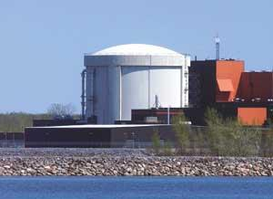 The Gentilly-2 nuclear plant in Quebec will shut down following two malfunctions, including a heavy water leak.